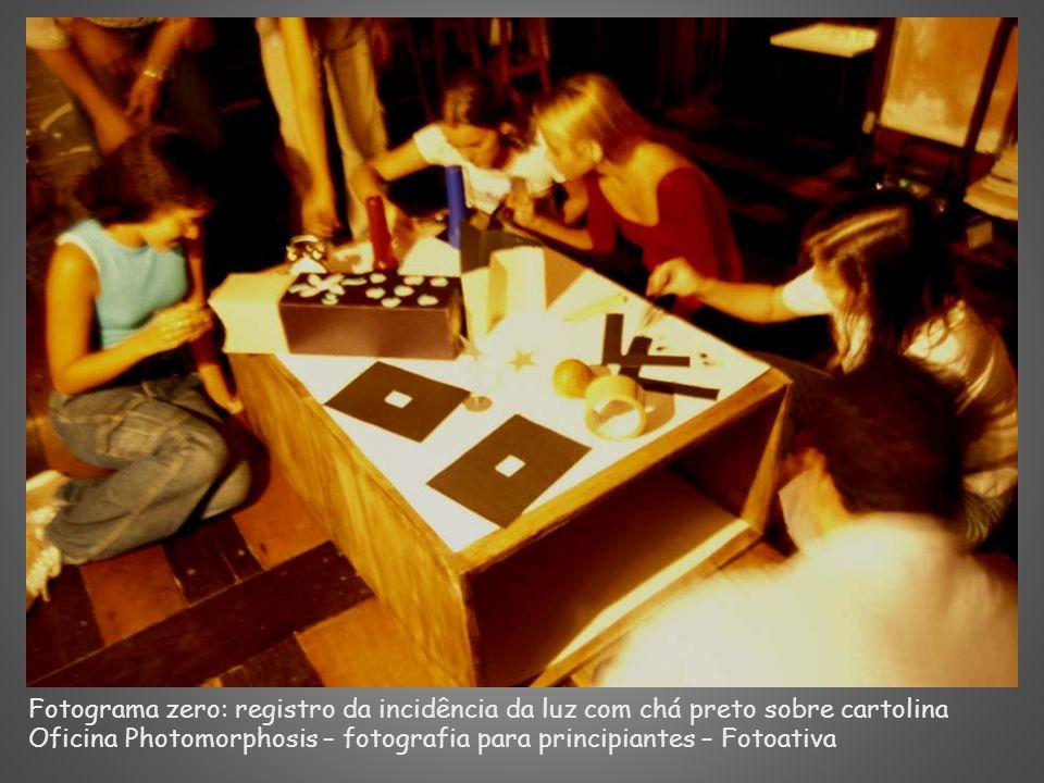 Fotograma zero: registro da incidência da luz com chá preto sobre cartolina