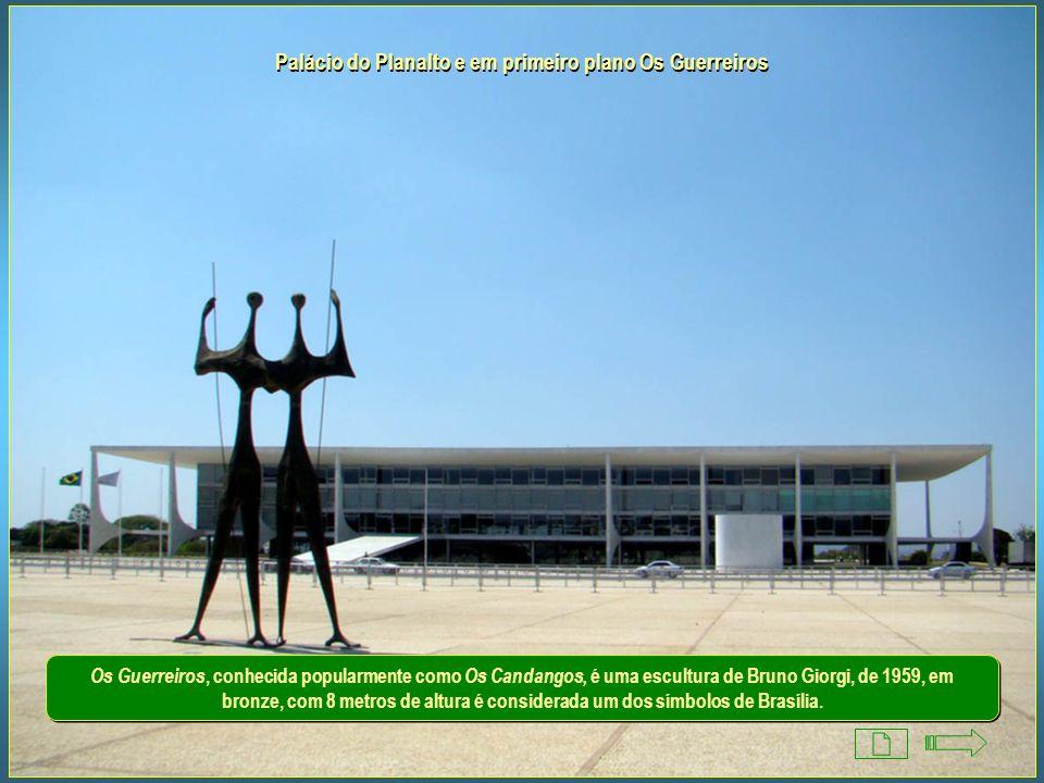 Palácio do Planalto e em primeiro plano Os Guerreiros