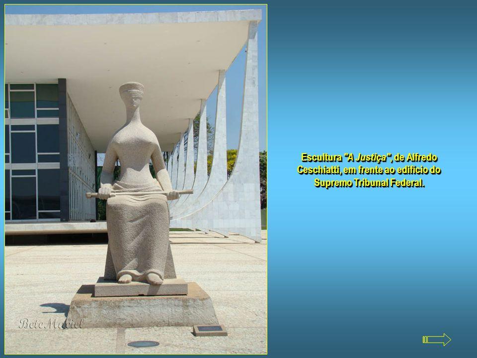 Escultura A Justiça , de Alfredo Ceschiatti, em frente ao edifício do Supremo Tribunal Federal.