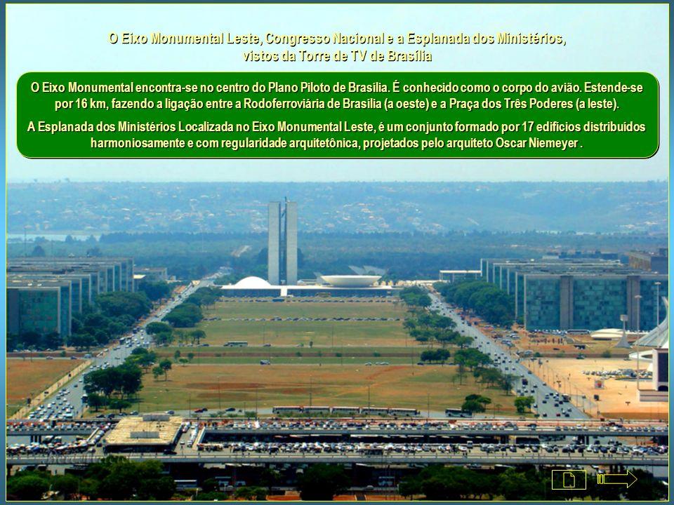 O Eixo Monumental Leste, Congresso Nacional e a Esplanada dos Ministérios, vistos da Torre de TV de Brasília