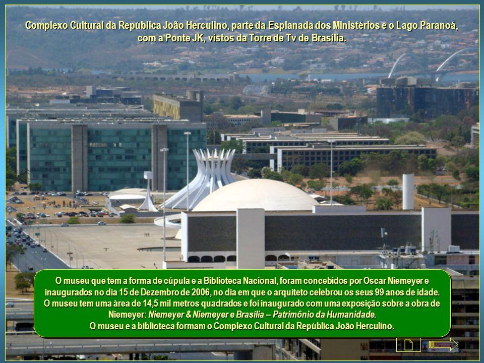 Complexo Cultural da República João Herculino, parte da Esplanada dos Ministérios e o Lago Paranoá, com a Ponte JK, vistos da Torre de Tv de Brasília.