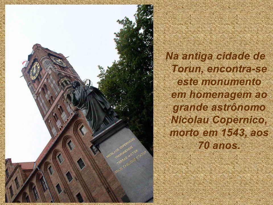 Na antiga cidade de Torun, encontra-se este monumento em homenagem ao grande astrônomo Nicolau Copernico, morto em 1543, aos 70 anos.