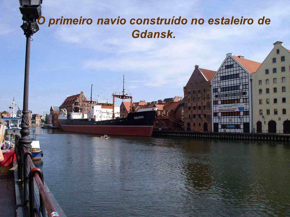 O primeiro navio construído no estaleiro de Gdansk.