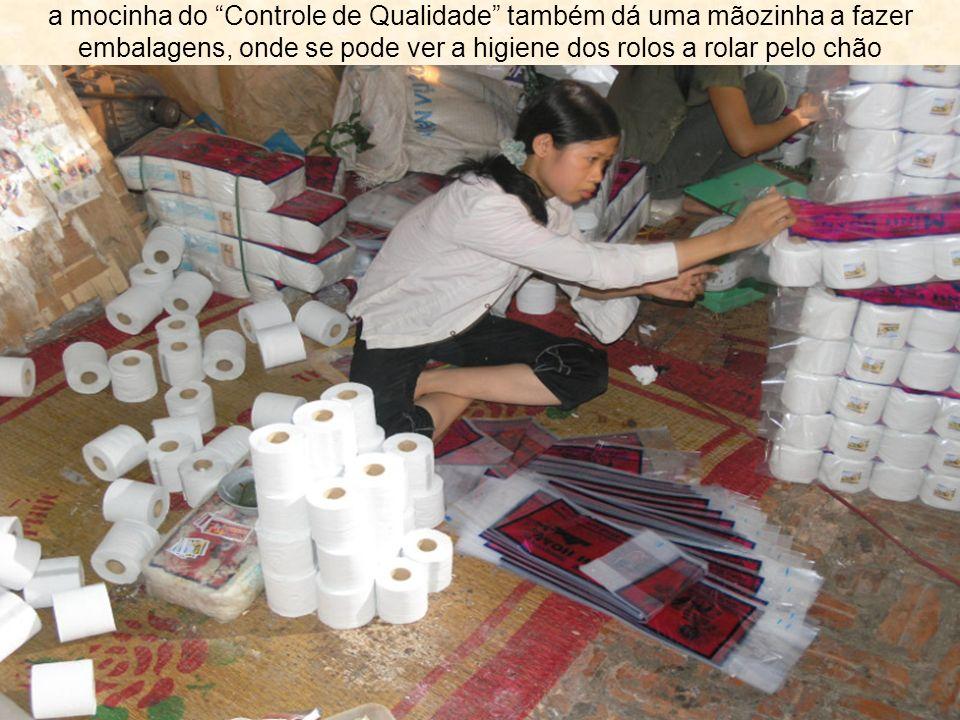 a mocinha do Controle de Qualidade também dá uma mãozinha a fazer embalagens, onde se pode ver a higiene dos rolos a rolar pelo chão