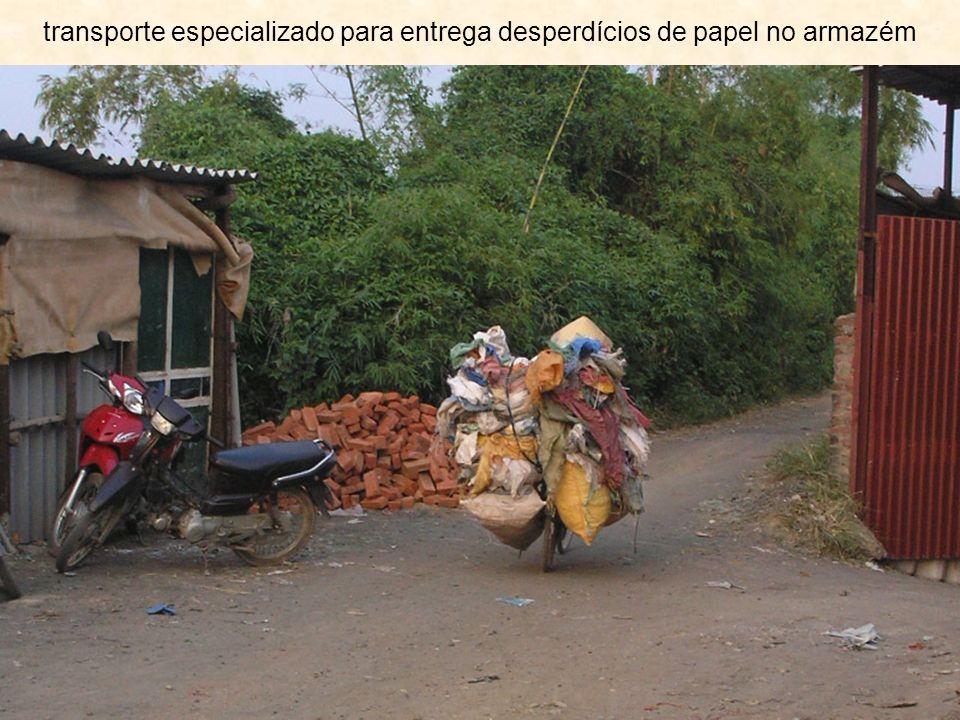 transporte especializado para entrega desperdícios de papel no armazém