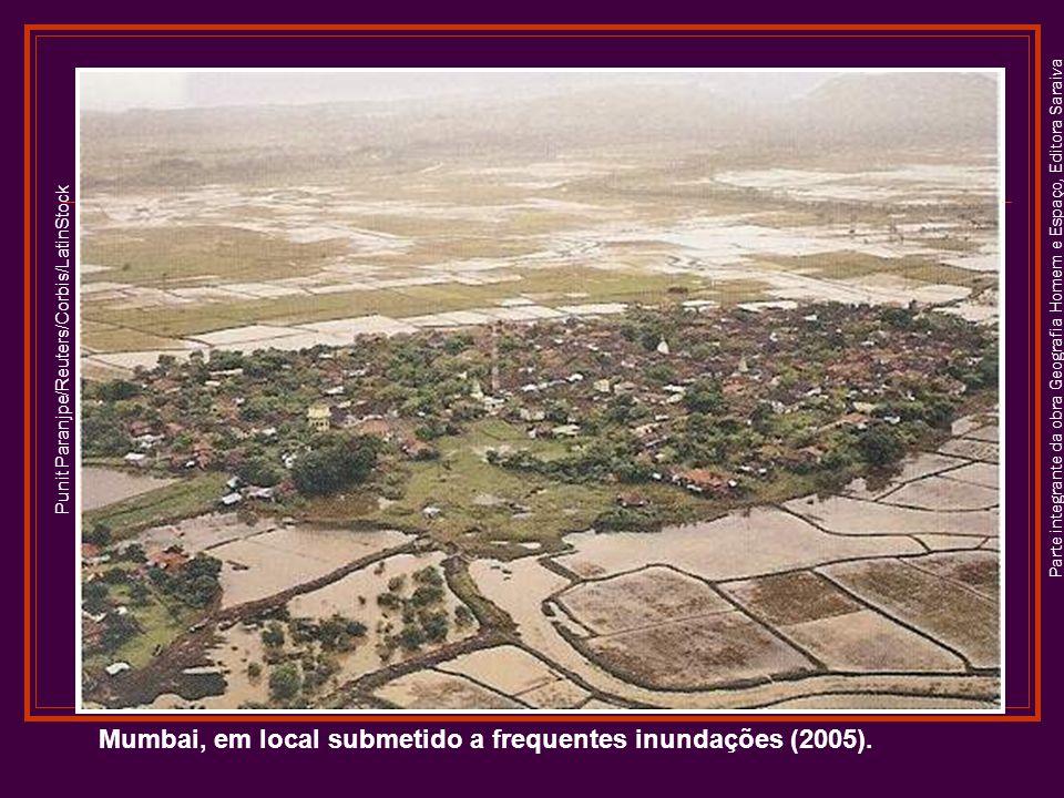 Mumbai, em local submetido a frequentes inundações (2005).