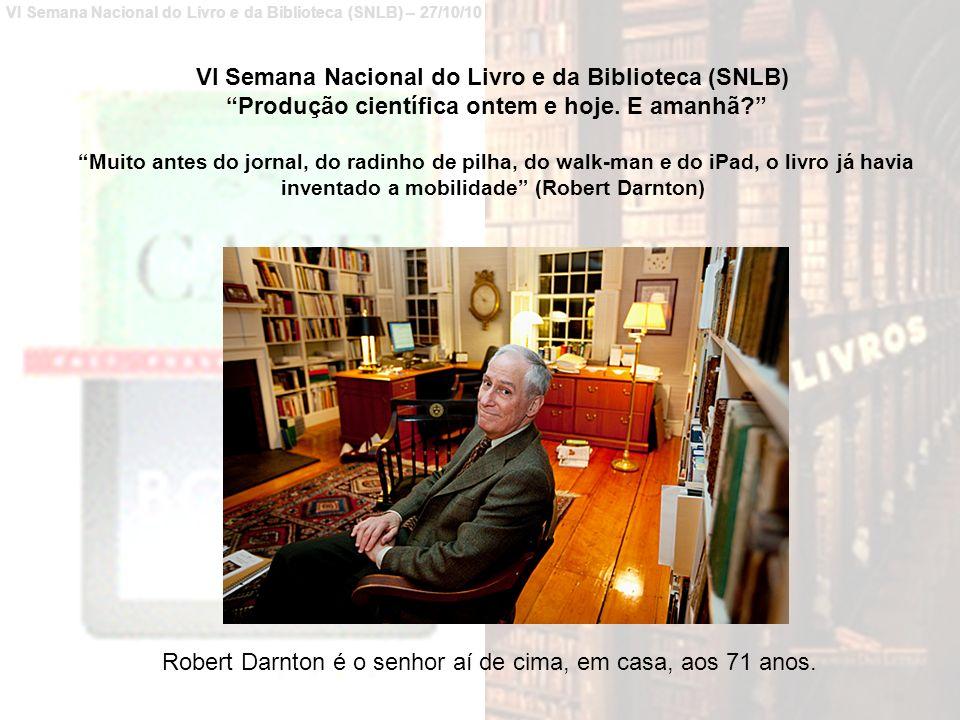 Robert Darnton é o senhor aí de cima, em casa, aos 71 anos.
