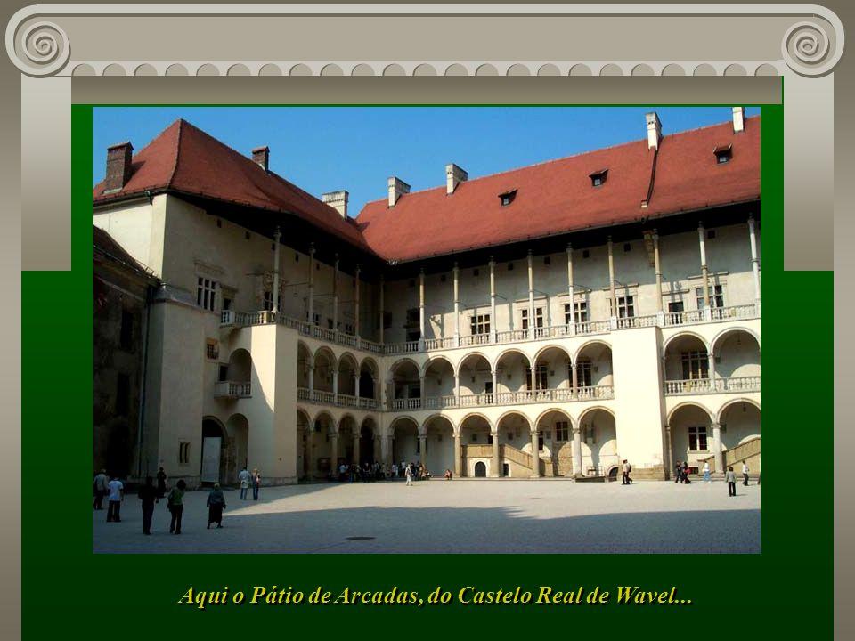 Aqui o Pátio de Arcadas, do Castelo Real de Wavel...