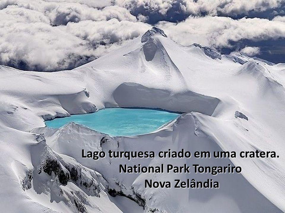 Lago turquesa criado em uma cratera. National Park Tongariro