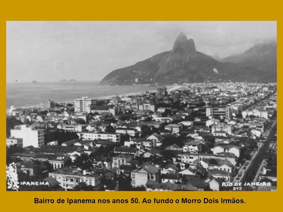 Bairro de Ipanema nos anos 50. Ao fundo o Morro Dois Irmãos.