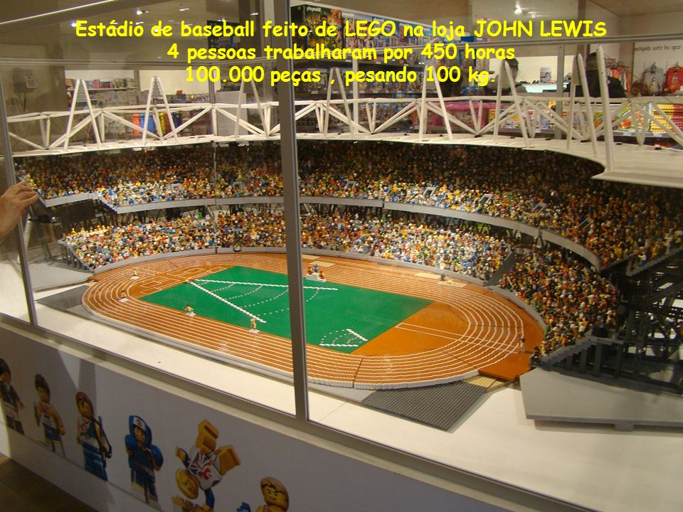 Estádio de baseball feito de LEGO na loja JOHN LEWIS