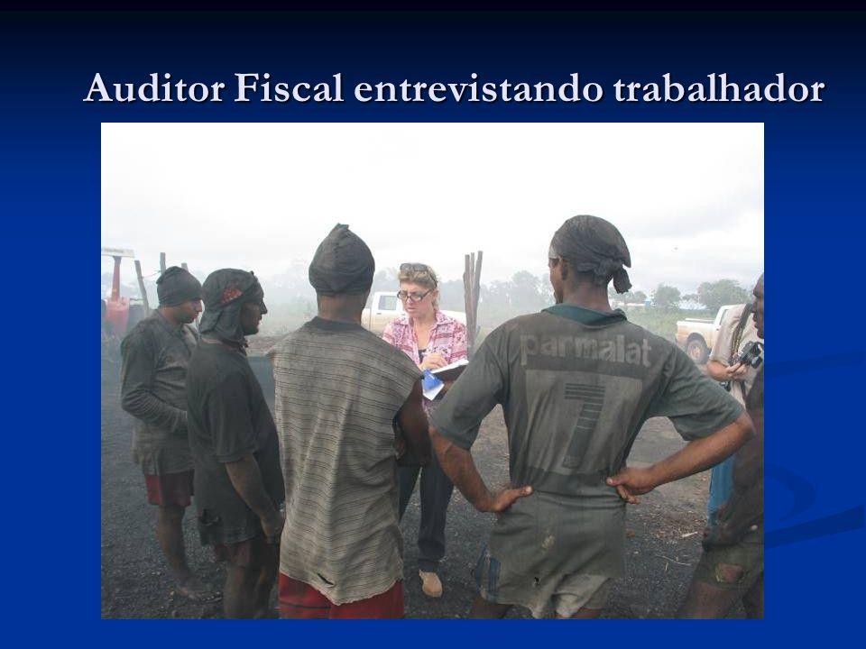Auditor Fiscal entrevistando trabalhador