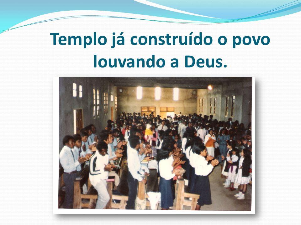 Templo já construído o povo louvando a Deus.