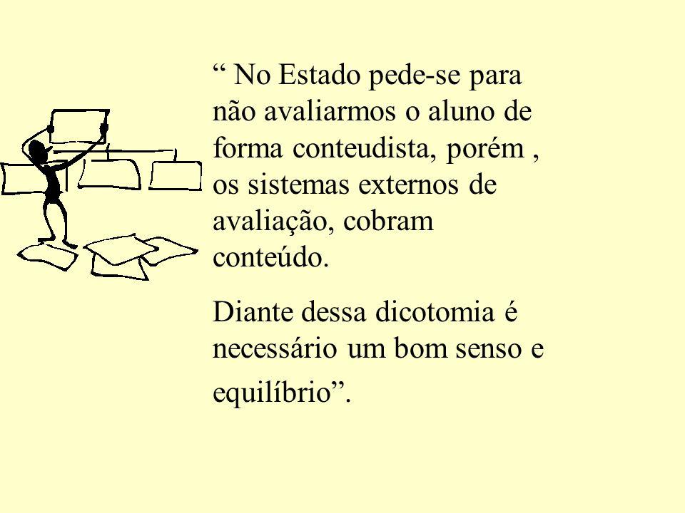 No Estado pede-se para não avaliarmos o aluno de forma conteudista, porém , os sistemas externos de avaliação, cobram conteúdo.