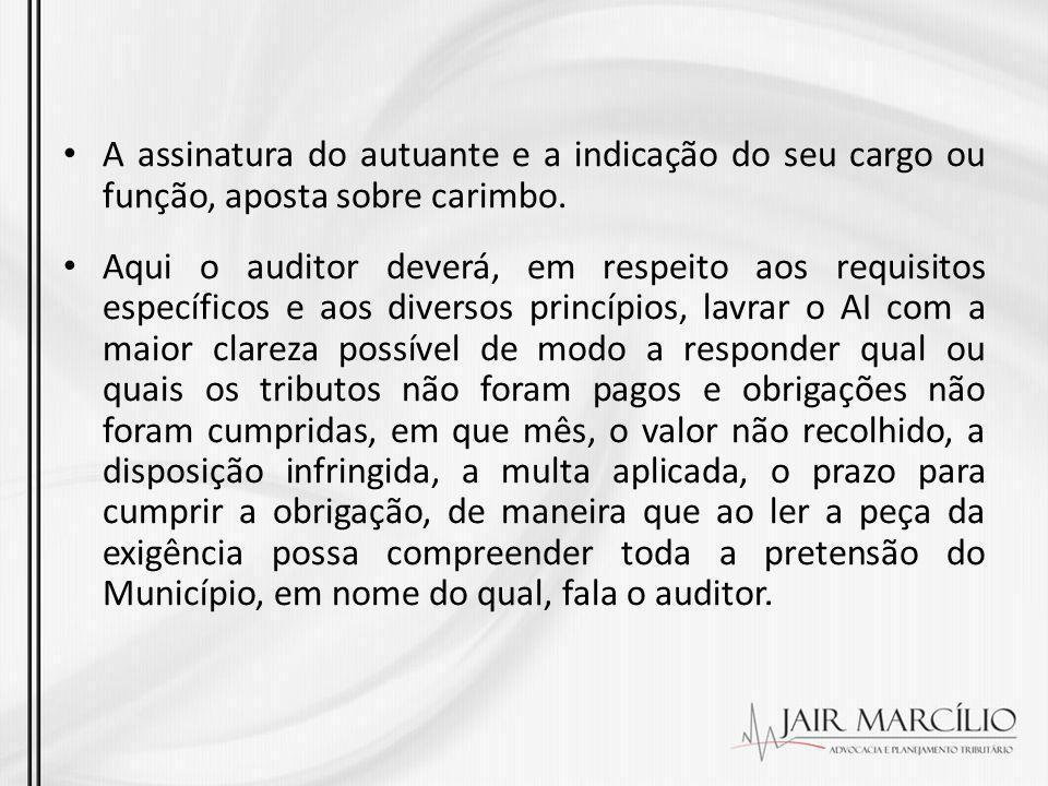 A assinatura do autuante e a indicação do seu cargo ou função, aposta sobre carimbo.