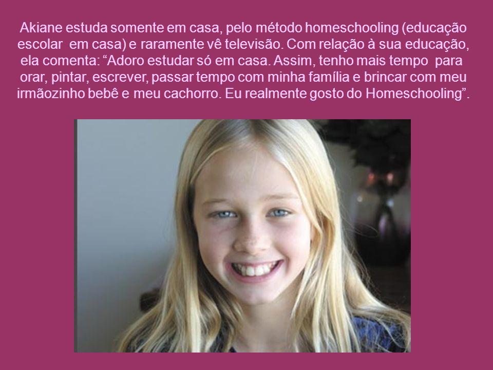 Akiane estuda somente em casa, pelo método homeschooling (educação