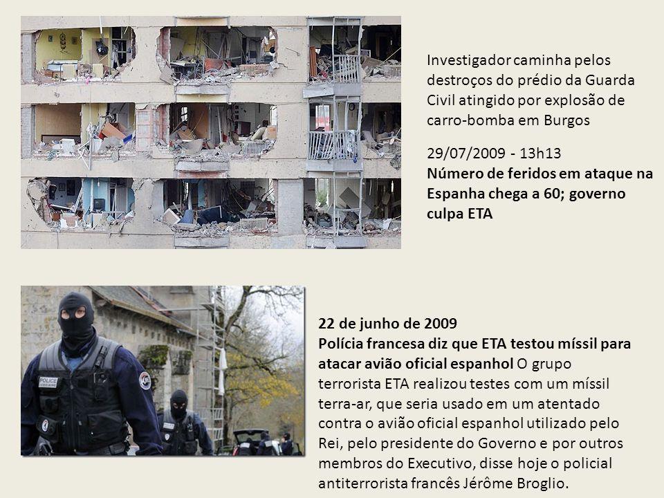 Investigador caminha pelos destroços do prédio da Guarda Civil atingido por explosão de carro-bomba em Burgos