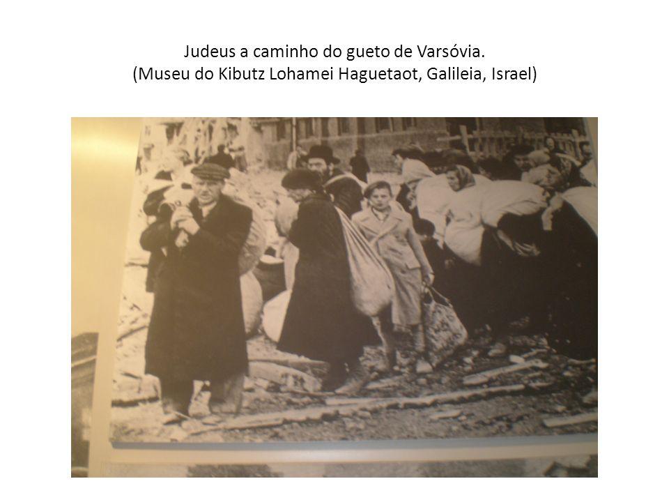 Judeus a caminho do gueto de Varsóvia