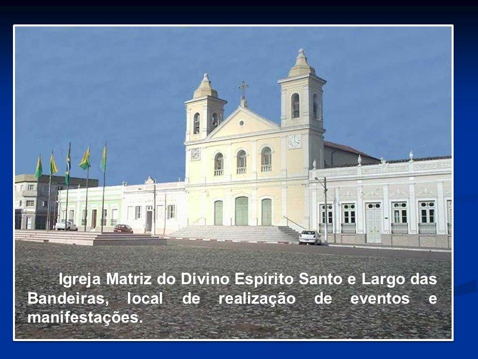 Igreja Matriz do Divino Espírito Santo e Largo das Bandeiras, local de realização de eventos e manifestações.