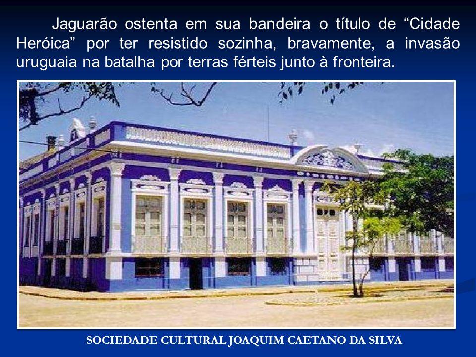 Jaguarão ostenta em sua bandeira o título de Cidade Heróica por ter resistido sozinha, bravamente, a invasão uruguaia na batalha por terras férteis junto à fronteira.