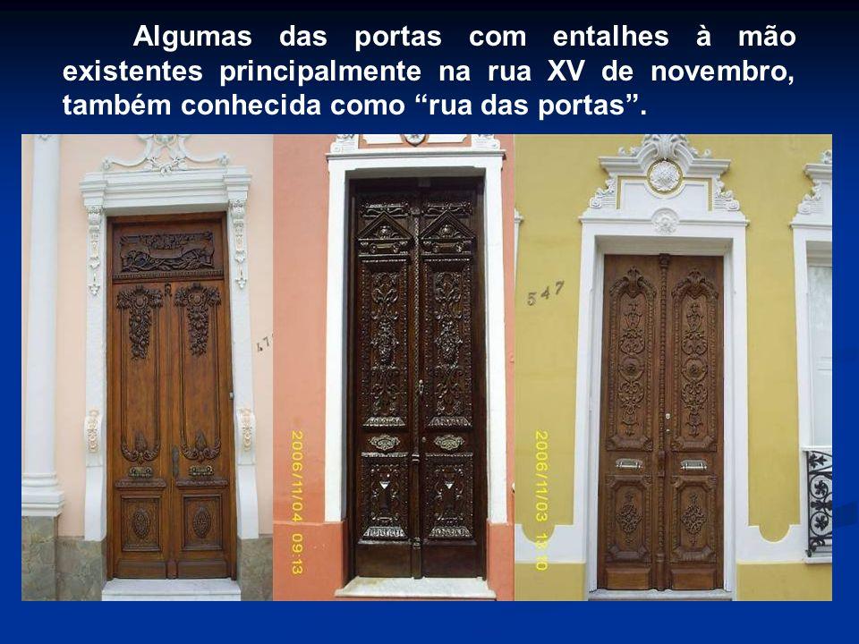 Algumas das portas com entalhes à mão existentes principalmente na rua XV de novembro, também conhecida como rua das portas .