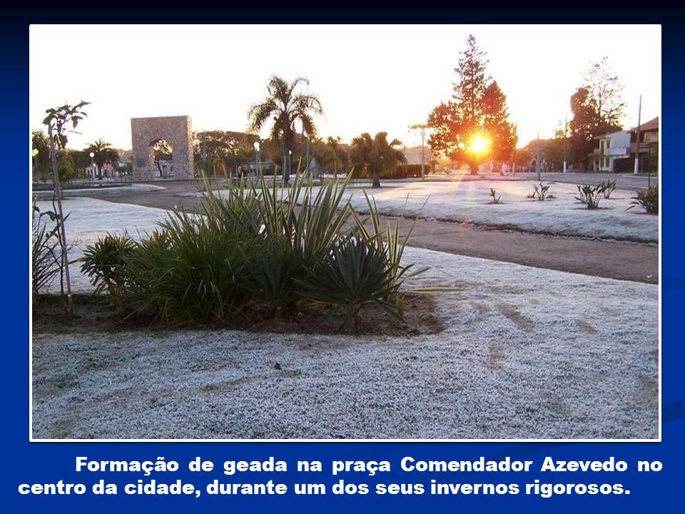 Formação de geada na praça Comendador Azevedo no centro da cidade, durante um dos seus invernos rigorosos.