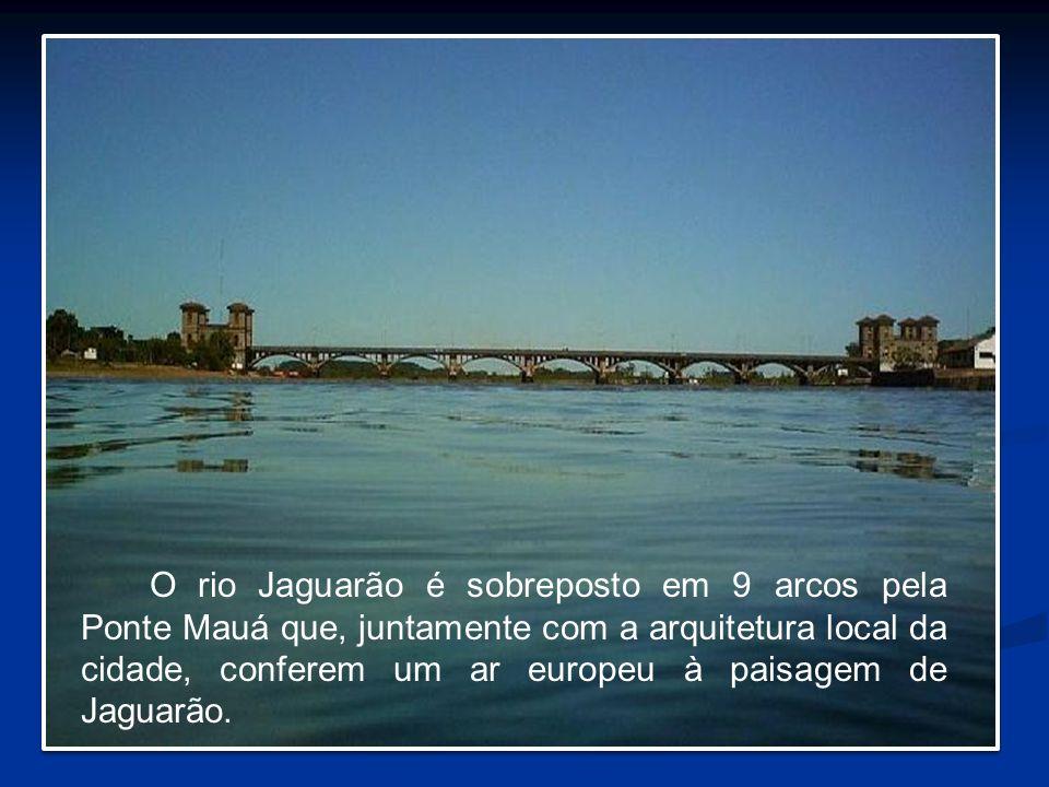 O rio Jaguarão é sobreposto em 9 arcos pela Ponte Mauá que, juntamente com a arquitetura local da cidade, conferem um ar europeu à paisagem de Jaguarão.