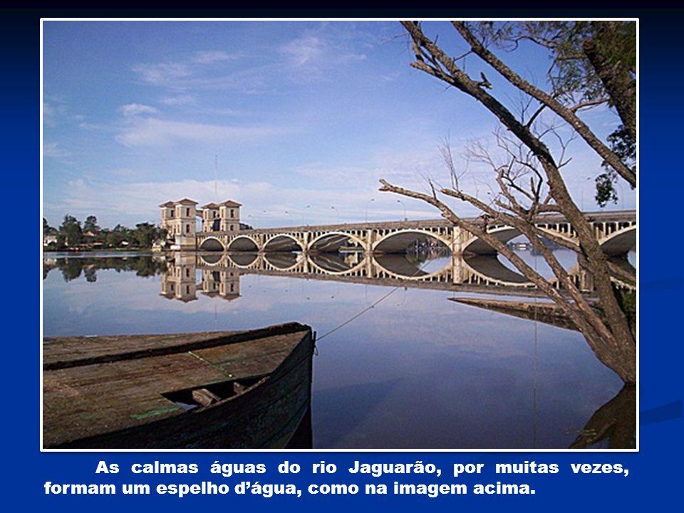 As calmas águas do rio Jaguarão, por muitas vezes, formam um espelho d'água, como na imagem acima.