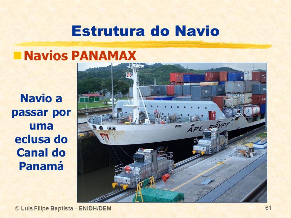 Navio a passar por uma eclusa do Canal do Panamá
