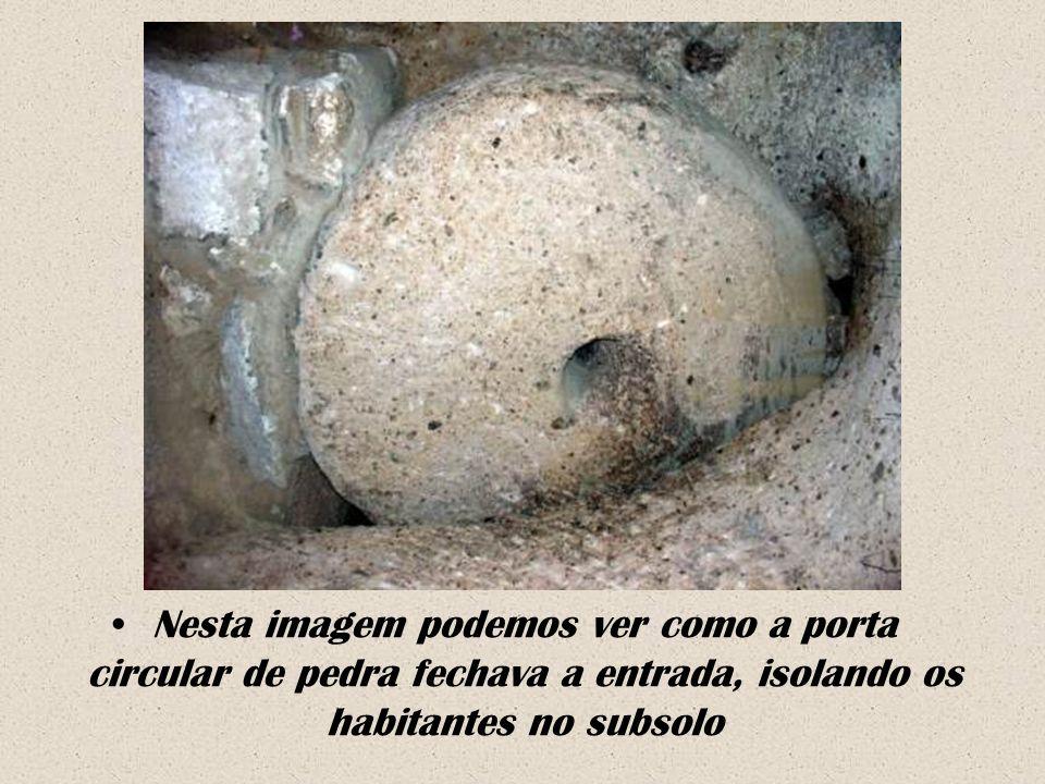 Nesta imagem podemos ver como a porta circular de pedra fechava a entrada, isolando os habitantes no subsolo