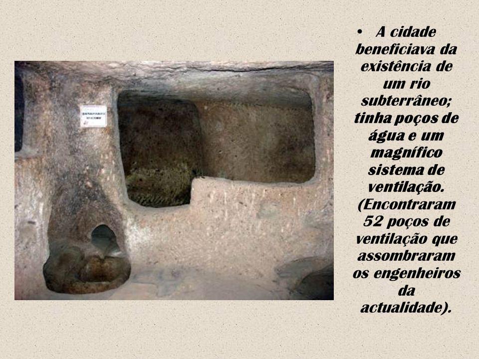A cidade beneficiava da existência de um rio subterrâneo; tinha poços de água e um magnífico sistema de ventilação.
