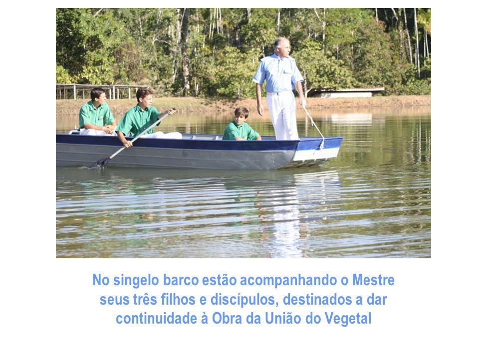 No singelo barco estão acompanhando o Mestre seus três filhos e discípulos, destinados a dar continuidade à Obra da União do Vegetal