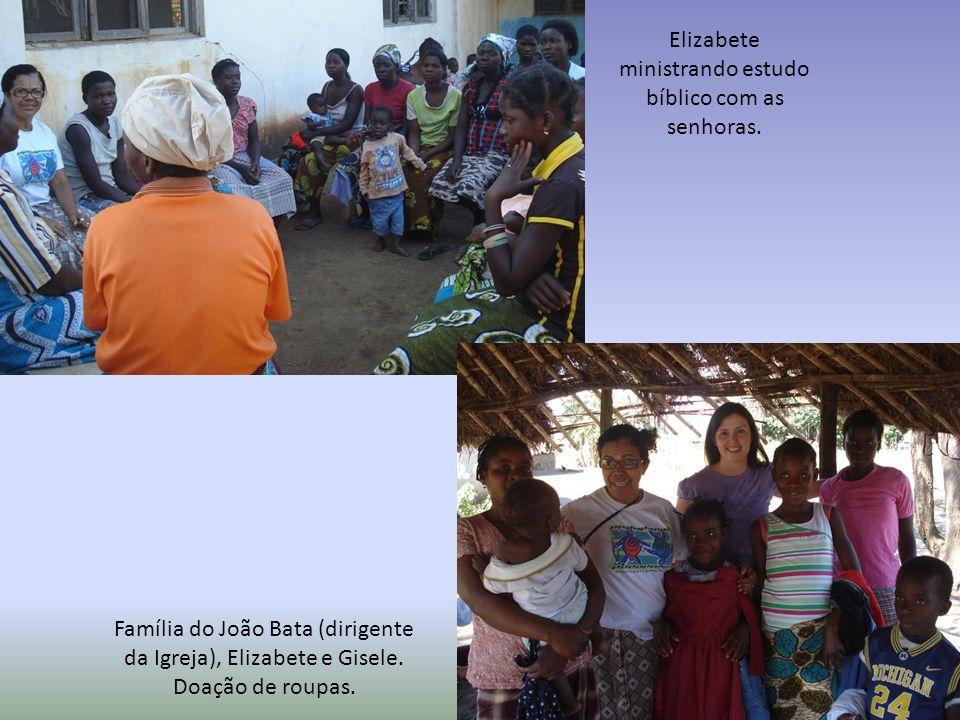 Elizabete ministrando estudo bíblico com as senhoras.