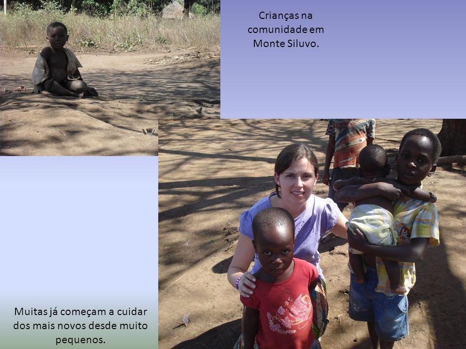 Crianças na comunidade em Monte Siluvo.