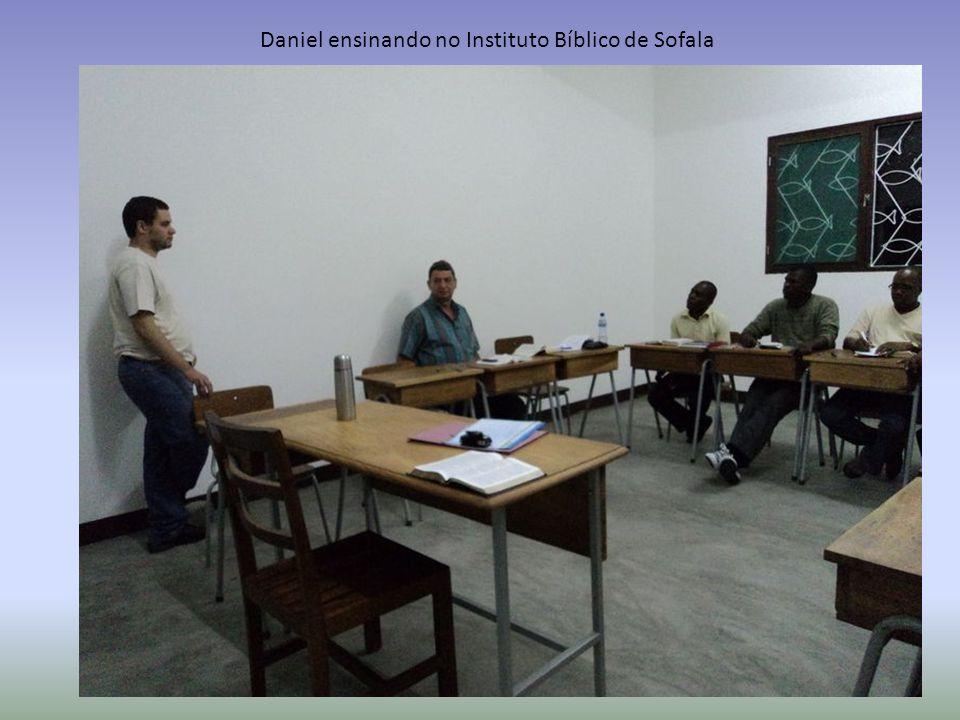 Daniel ensinando no Instituto Bíblico de Sofala