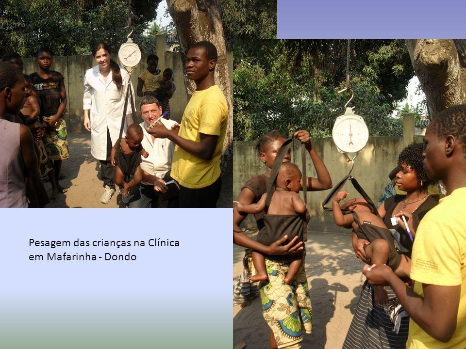 Pesagem das crianças na Clínica em Mafarinha - Dondo