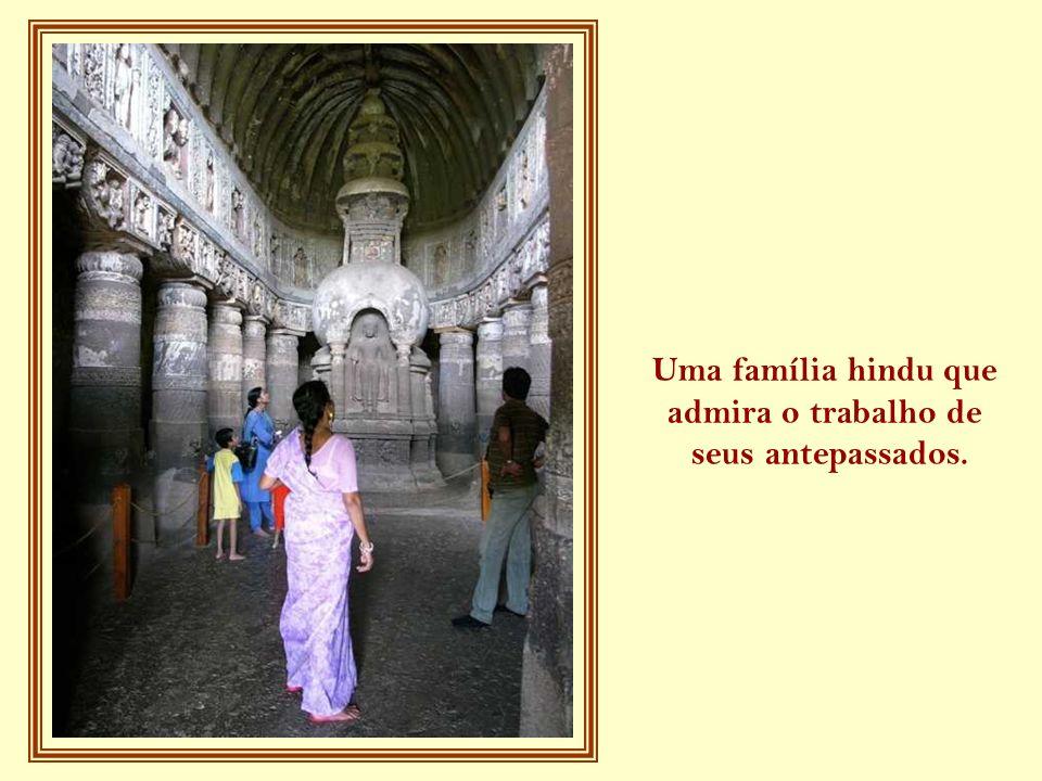 Uma família hindu que admira o trabalho de seus antepassados.