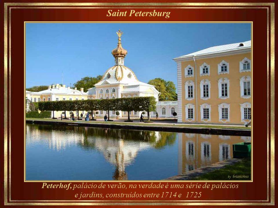 Saint Petersburg Peterhof, palácio de verão, na verdade é uma série de palácios e jardins, construídos entre 1714 e 1725.