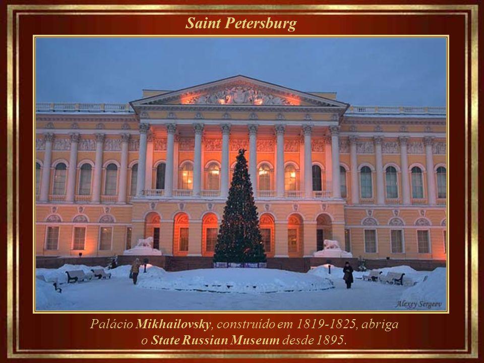 Saint Petersburg Palácio Mikhailovsky, construído em 1819-1825, abriga