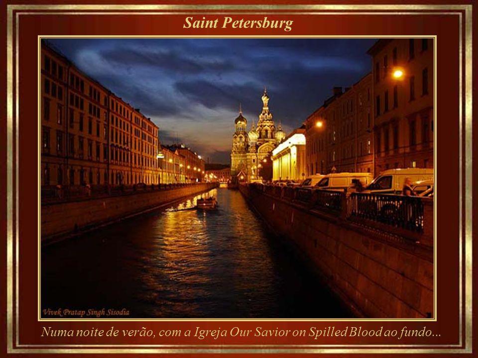 Saint Petersburg Numa noite de verão, com a Igreja Our Savior on Spilled Blood ao fundo...