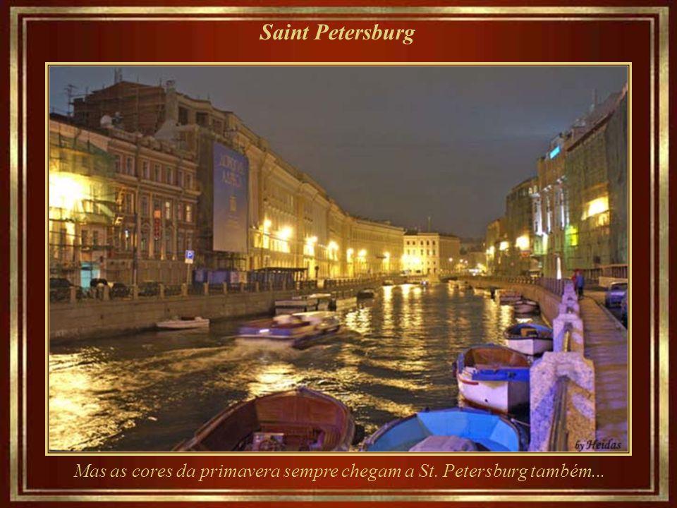 Saint Petersburg Mas as cores da primavera sempre chegam a St. Petersburg também...