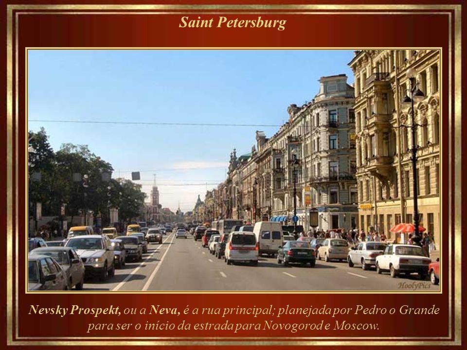 Saint Petersburg Nevsky Prospekt, ou a Neva, é a rua principal; planejada por Pedro o Grande para ser o início da estrada para Novogorod e Moscow.