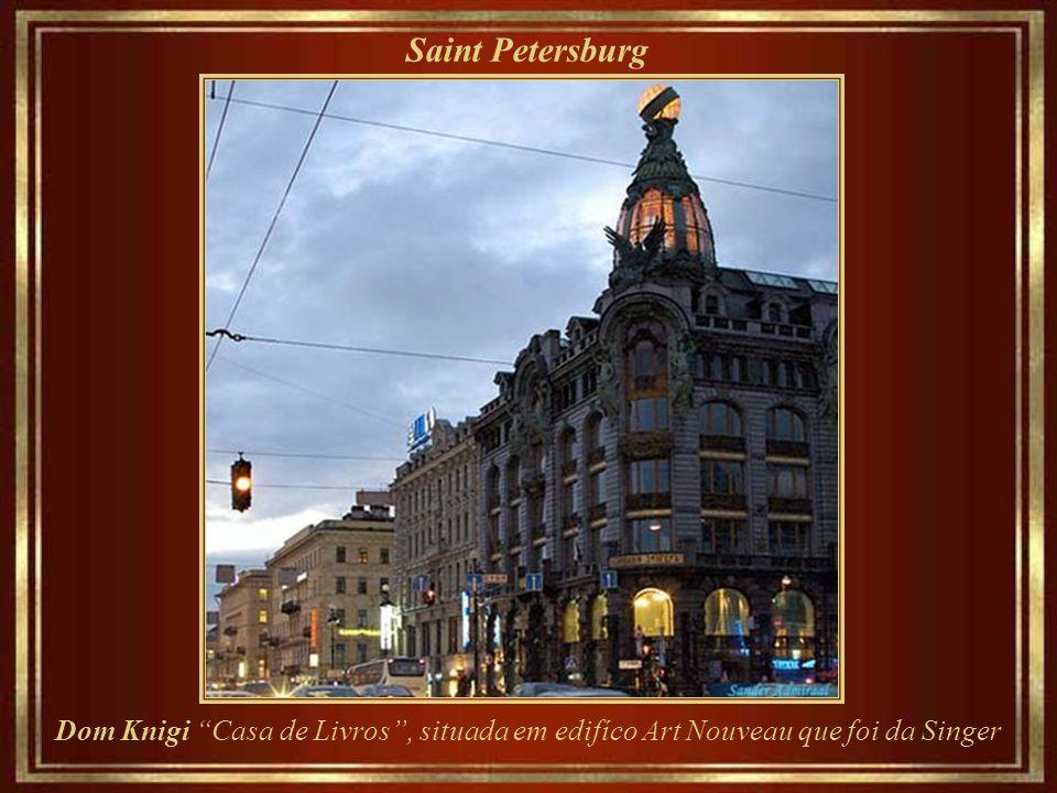 Saint Petersburg Dom Knigi Casa de Livros , situada em edifíco Art Nouveau que foi da Singer