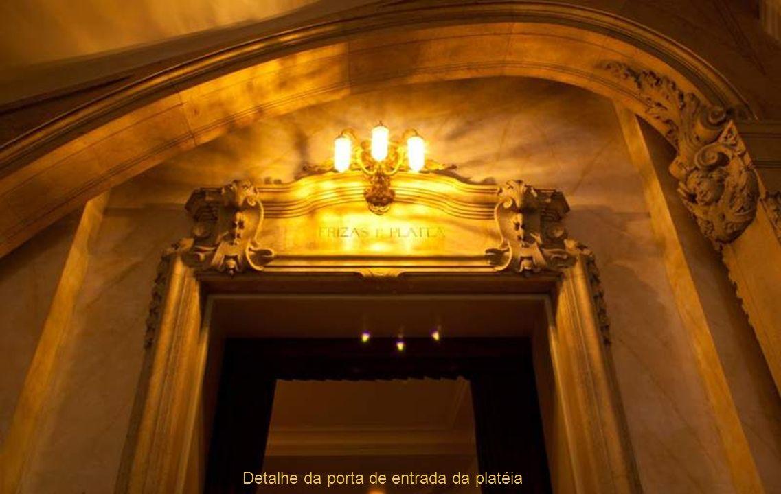 Detalhe da porta de entrada da platéia