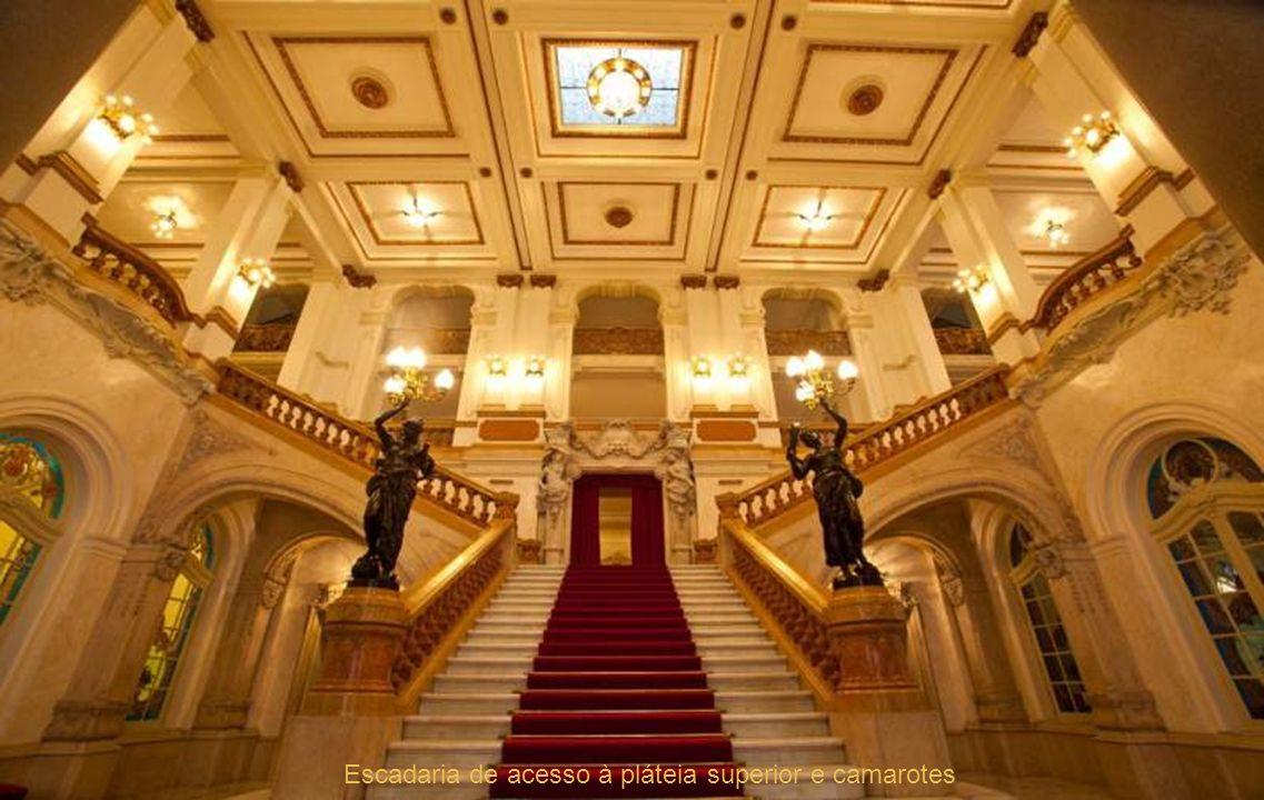 Escadaria de acesso à pláteia superior e camarotes