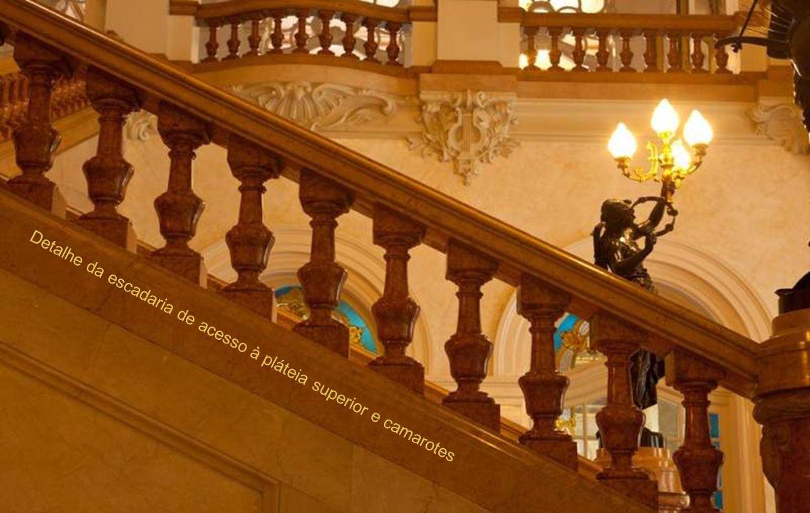 Detalhe da escadaria de acesso à pláteia superior e camarotes
