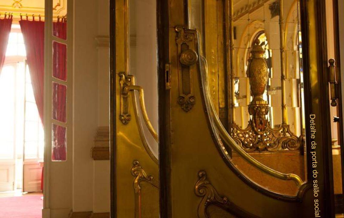 Detalhe da porta do salão social