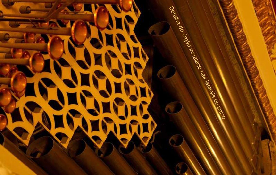 Detalhe do órgão instalado nas laterais do palco