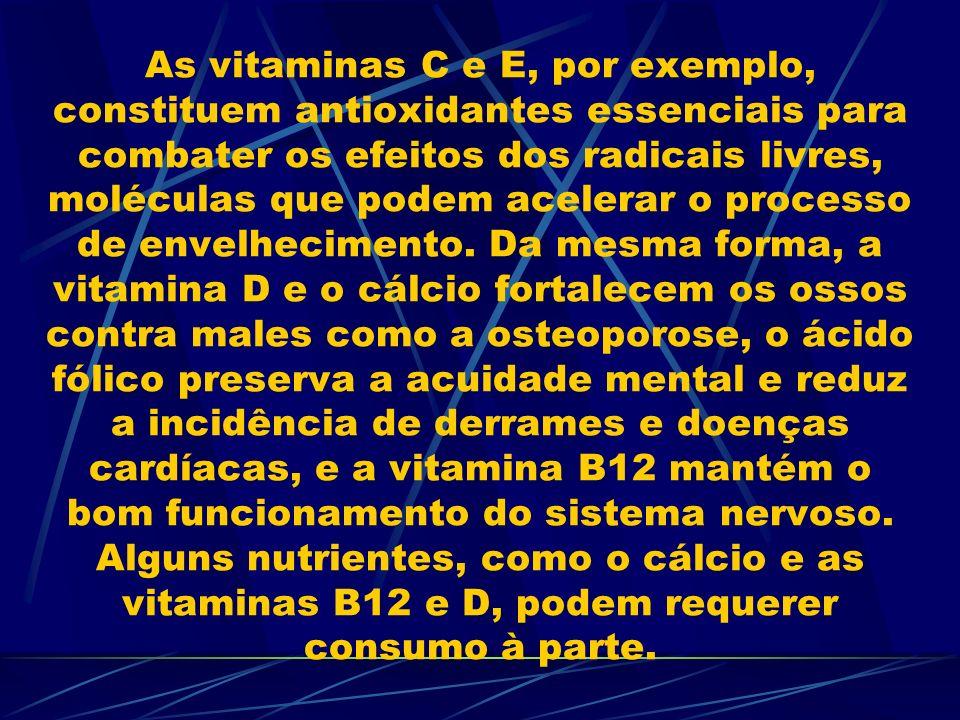 As vitaminas C e E, por exemplo, constituem antioxidantes essenciais para combater os efeitos dos radicais livres, moléculas que podem acelerar o processo de envelhecimento.