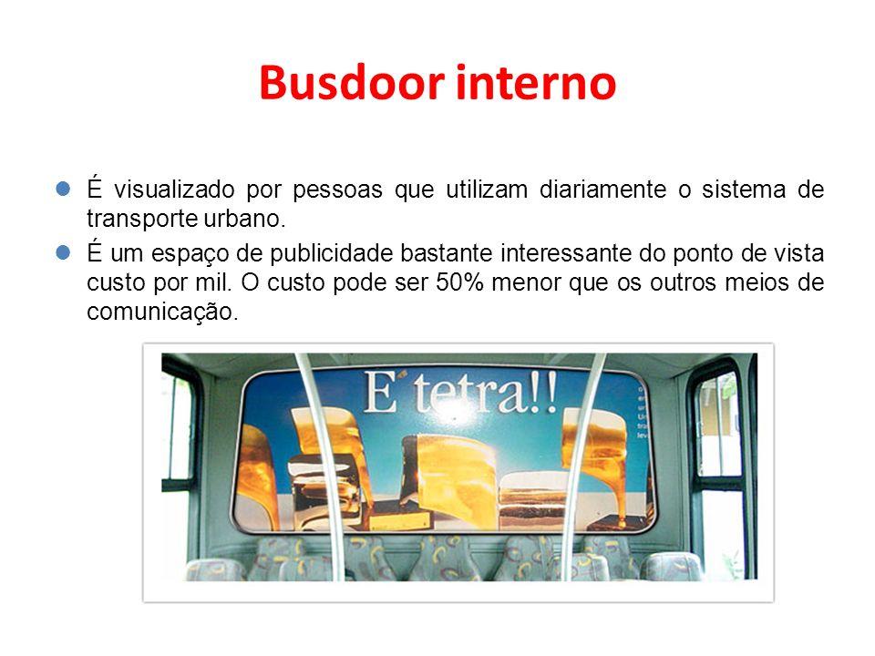 Busdoor interno É visualizado por pessoas que utilizam diariamente o sistema de transporte urbano.